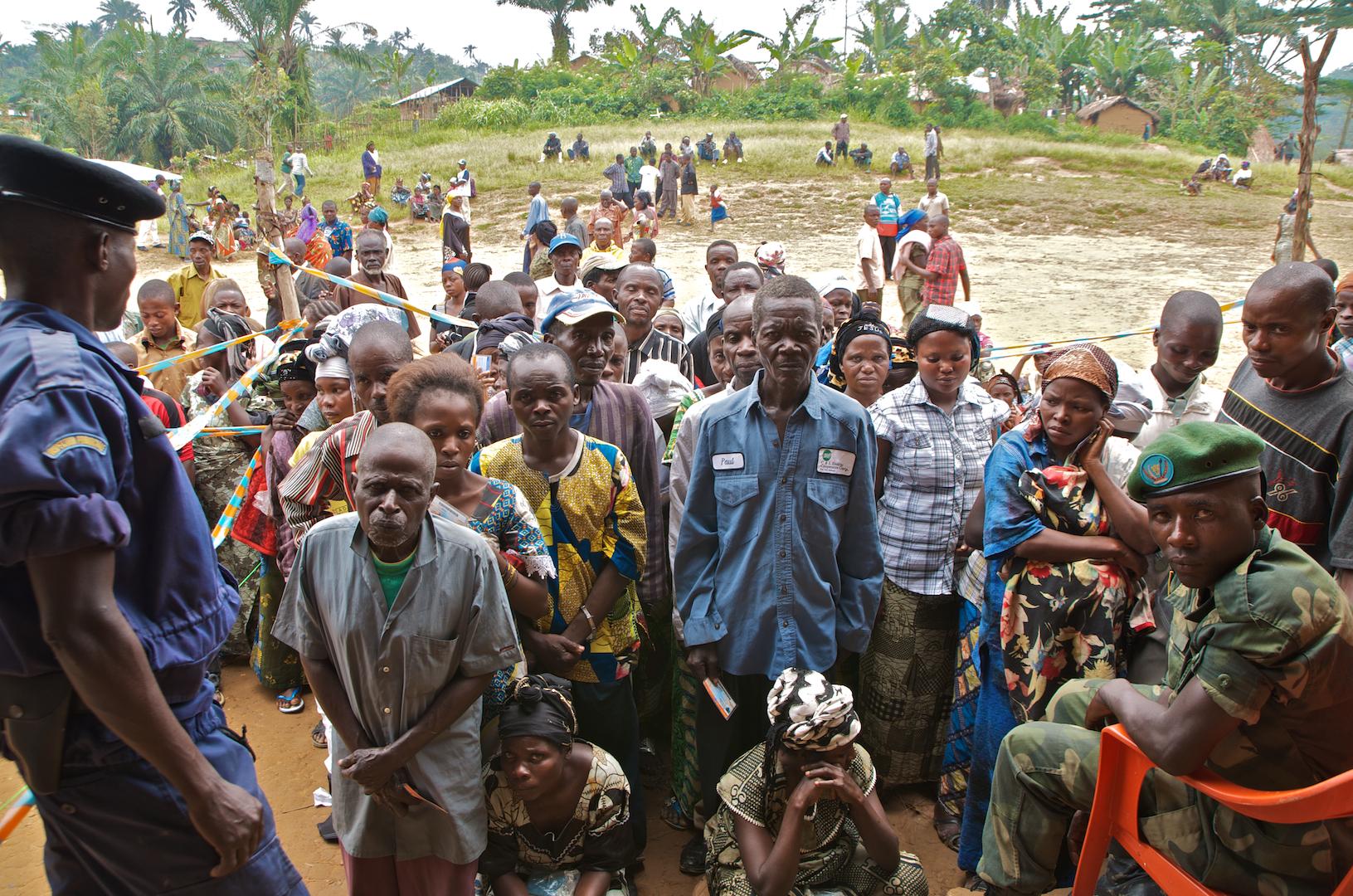 Jour de vote à Bunyakiri: Une foule fait la queue devant un bureau de vote pendant les élections nationales de 2011 (© Alexis Bouvy, 2011).